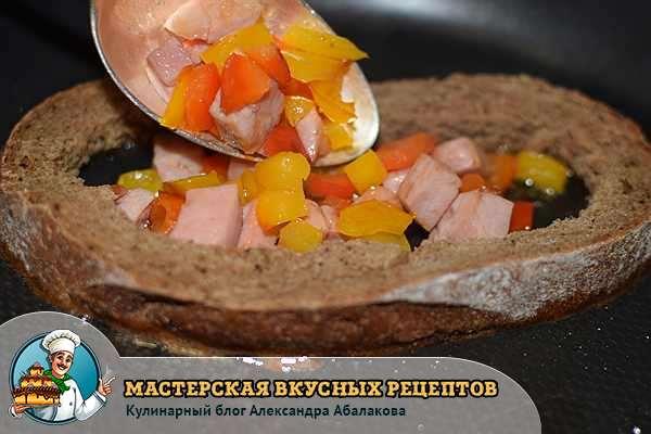 выложить перец и колбасу в хлеб