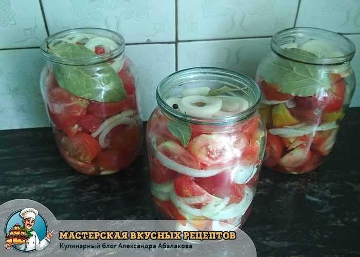 добавить в банку с дольками помидоров специи