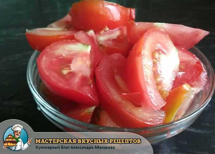 дольки помидоров в тарелке