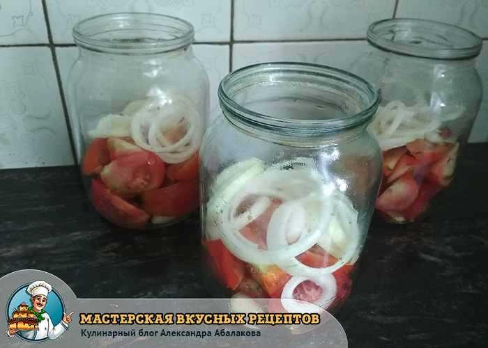 помидоры и лук заполнили банку на половину
