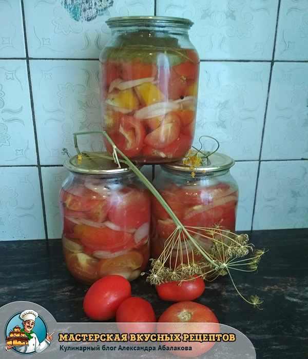три банки маринованных помидоров друг на друге