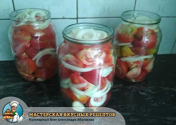 заполненная банка помидорами луком