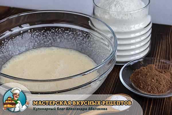 яйца смешать со сметаной и сахаром